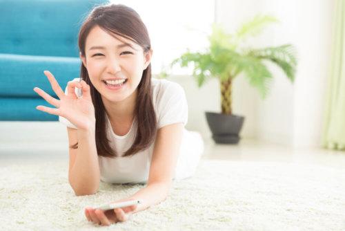 笑顔でOKサインの女性