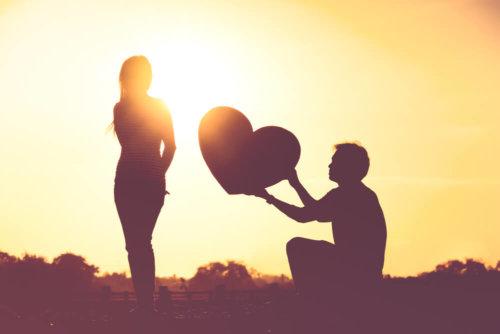 男性が女性に愛をあげる