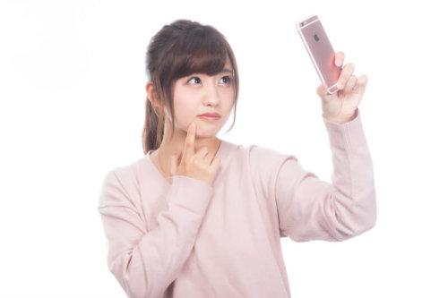鼻の大きさを確認する女性