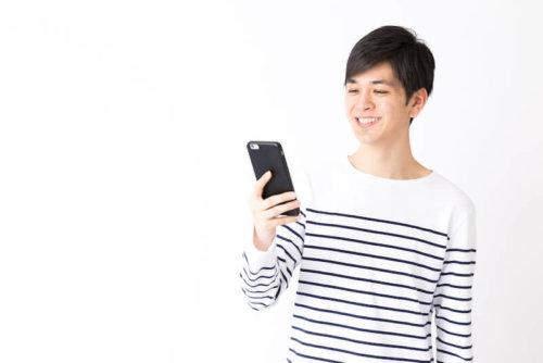 携帯を持つ笑顔の男性