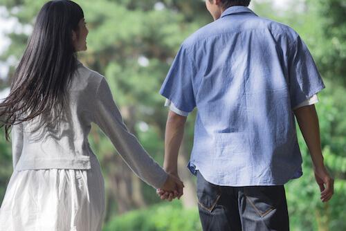 手を繋いでデートする男女