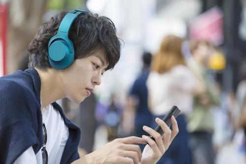 音楽を聴くシャイな男性