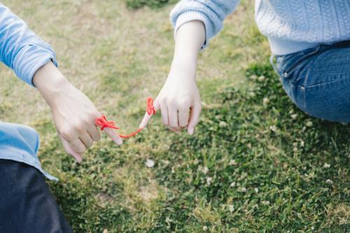 赤い糸で結ばれた男女