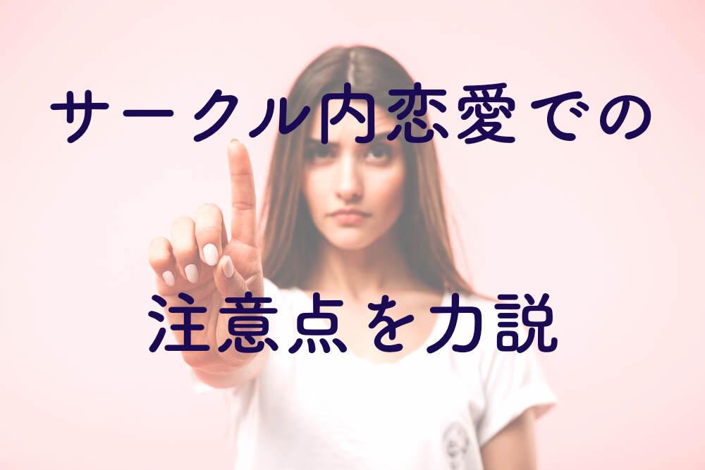 指をさす真顔の外国人女性