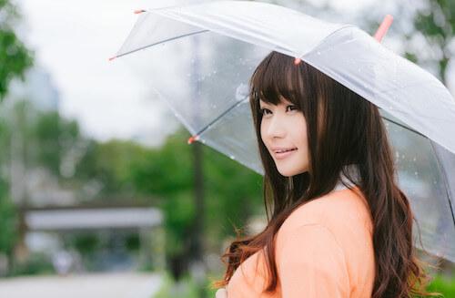 傘を持った笑顔の女性